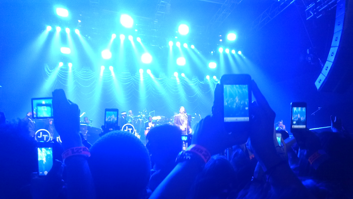smartphones_at_concert_2560_w.0_cinema_1200.0