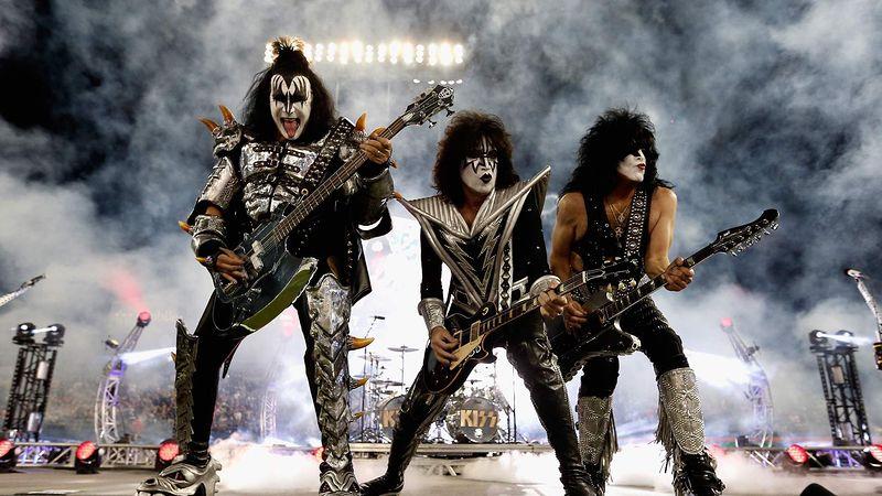 """""""KISS"""" отмениха концерт минути преди началото заради положителен тест за Covid-19 на Пол Стенли"""